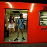En ropa interior por el metro