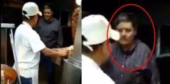 Captan en video a hombre destrozando taquería