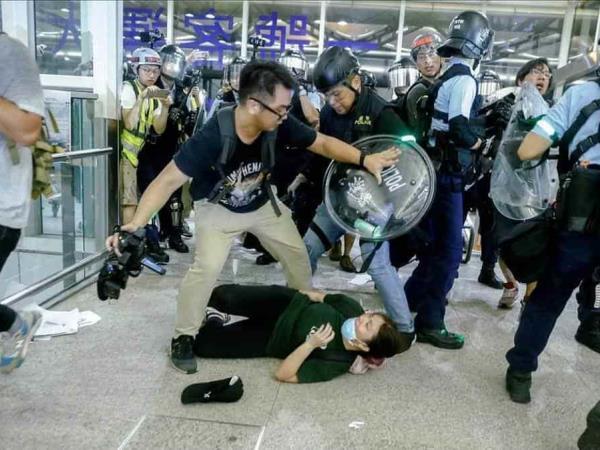 Batalla campal en el aeropuerto de Hong Kong