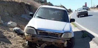 Camioneta es impactada por varillas en San Vicente