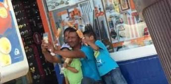 Papá tomándose una foto con sus hijos se vuelve viral