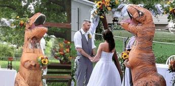 Mujer se viste de dinosaurio para la boda de su hermana