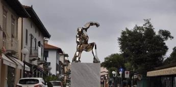Rinde homenaje a Iron Man colocando una estatua en Italia