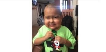Niño hace llaveritos para pagar su tratamiento contra el cáncer