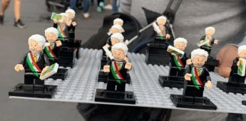 Figura de AMLO, de venta en el Zócalo para celebrar El Grito