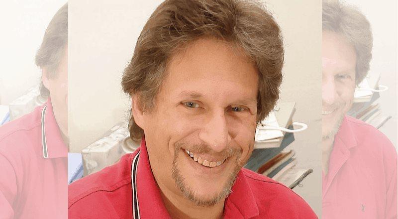 Reportan delicado pero estable al poeta y editor Sandro Cohen