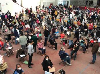 Largas filas de adultos mayores esperan vacunarse contra el Covid en Ecatepec,Estado de México , este lunes 22 de febrero de 2021.