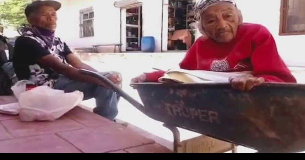 Hombre lleva a su madre de 100 años a vacunarse en una carreta