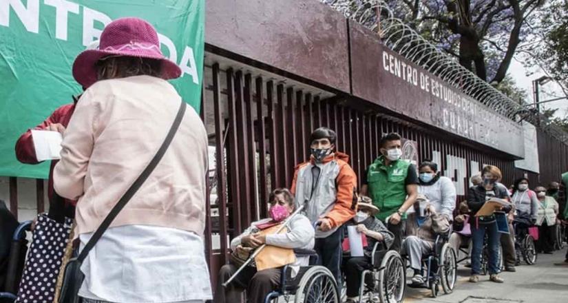 Abuelita pide ayuda en centro de vacunación antiCovid