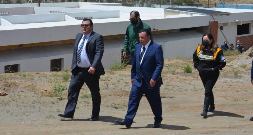 Fiscal General y rector de UABC constatan avance de la preparatoria militarizada en Tecate