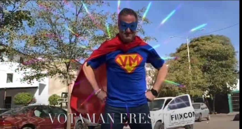 Candidato de Va por Sinaloa hace campaña disfrazado de Votaman.