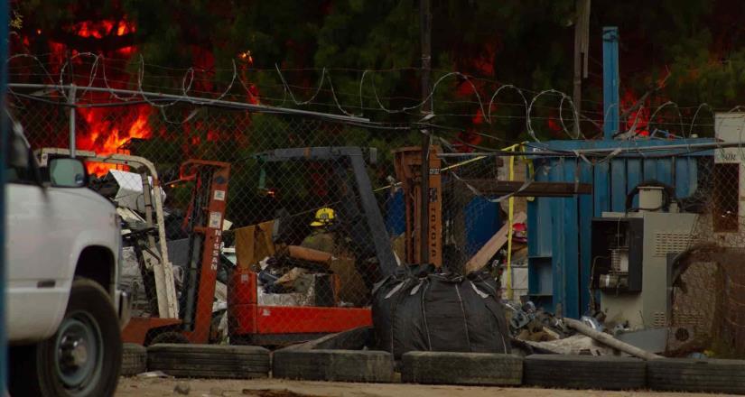 Duró alrededor de 6 horas incendio en recicladora del blvd insurgentes en la tarde del domingo