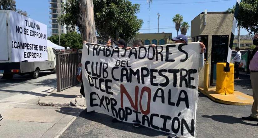 Marchan trabajadores sindicalizados contra la expropiación del Club Campestre