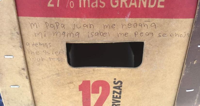 Niña pide ayuda por maltrato con un mensaje en cartón de cervezas