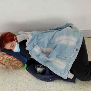 Muere una joven en el suelo mientras esperaba una cama para ser atendida por COVID-19