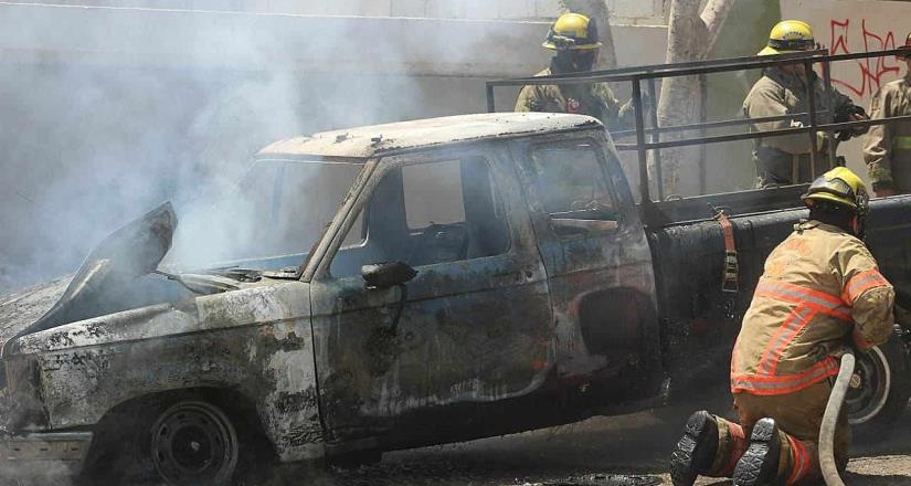 Camioneta se incendia en Residencial del Bosque