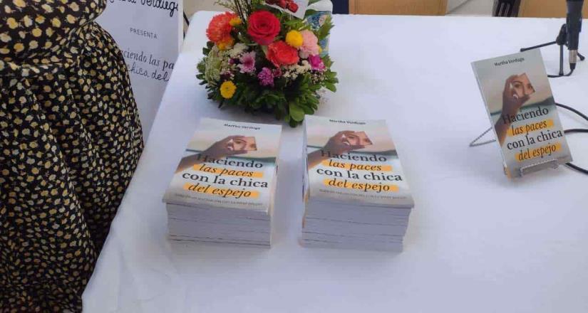 Martha Verdugo presentó su libro Haciendo las paces con la chica del espejo