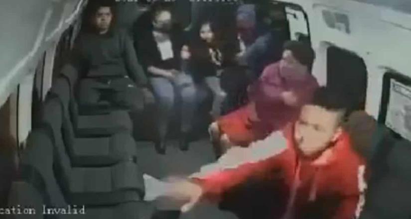 Asaltante obliga a niño a quitar celular en combi de Edomex