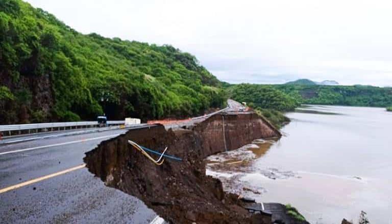 Depresión tropical Enrique causa lluvias y daños carreteros en BCS.