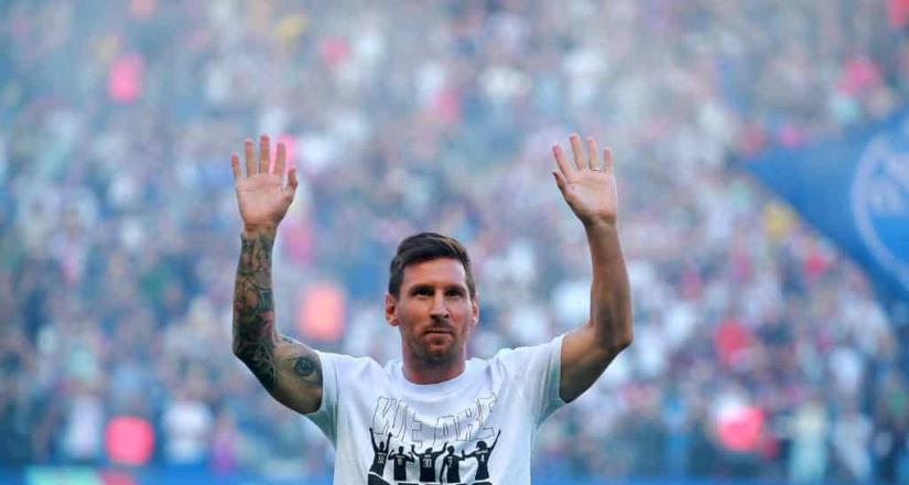 La afición del PSG se rindió ante Messi en el Parque de los Príncipes .