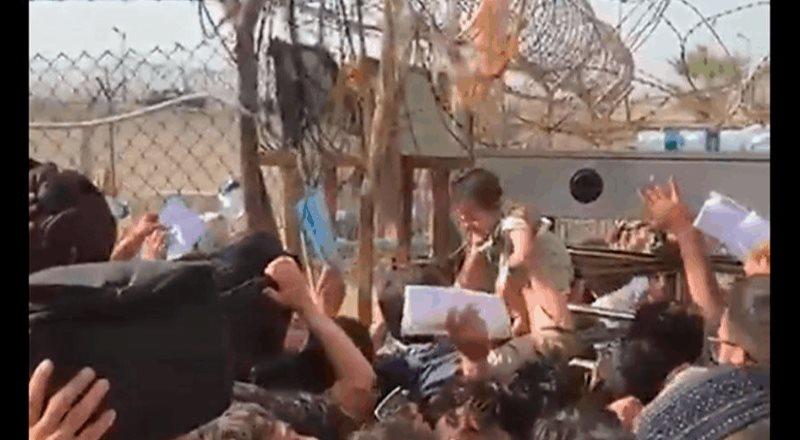 Padres afganos entregan a sus hijos con aflicción para que salgan del país
