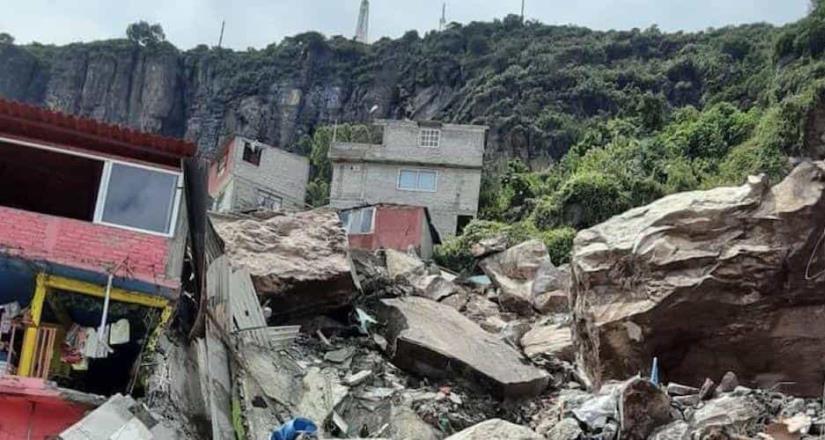 Tras derrumbe, vecinos llevan ayuda al Cerro del Chiquihuite.