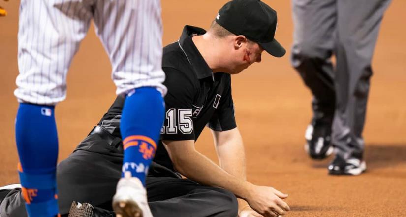 Brutal pelotazo en el rostro a 154 km/h recibe un Ampáyer en el Cardinals vs Mets
