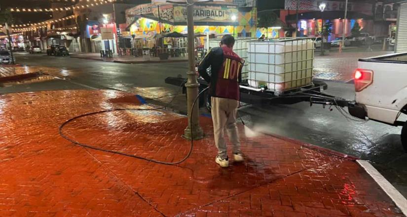 Limpian cuadrillas municipales banquetas de la calle Primera